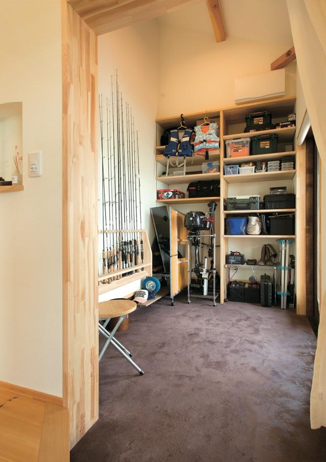 Casa(カーサ)【子育て、趣味、自然素材】釣りが趣味のご主人のお気に入りの場所。収納家具は、大工が造作したオリジナル