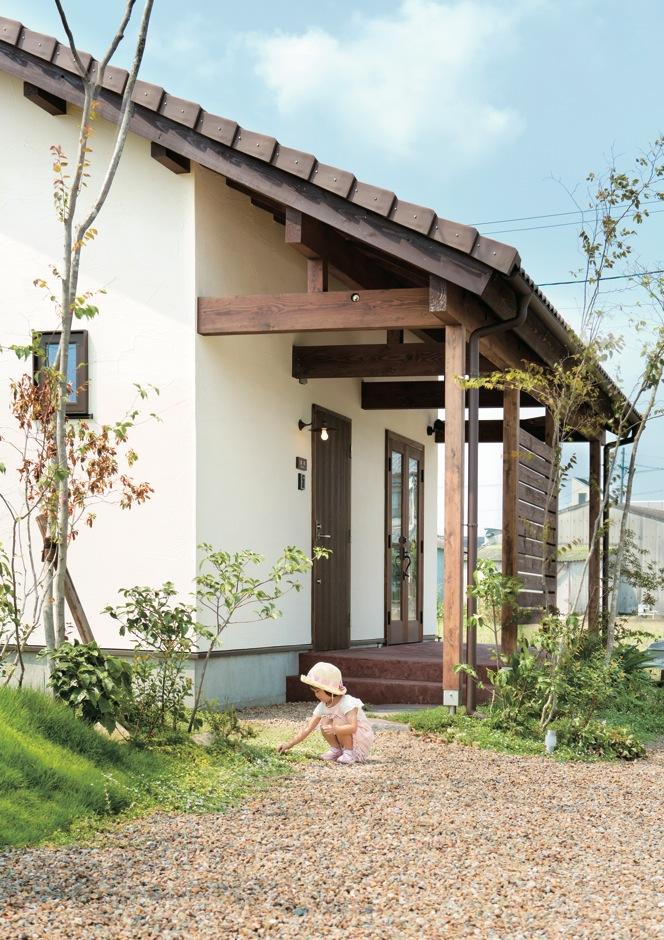 Casa(カーサ)【子育て、趣味、自然素材】芝生の配置、花や木々のセレクトも『カーサ』に一任。お気に入りの外観にぴったりに仕上がった庭が、子どもたちに四季の移ろいを感じさせてくれる