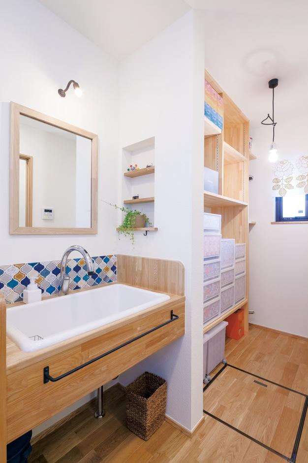 Casa(カーサ)【デザイン住宅、収納力、狭小住宅】洗面脱衣室の横に収納を確保。子どもたちの衣類やタオルをすっきり収納できるので、ママの負担が軽減