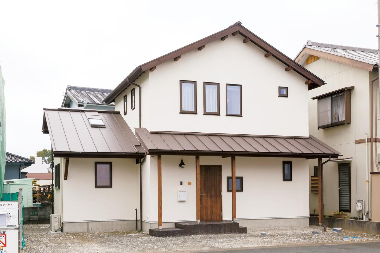 Casa(カーサ)【デザイン住宅、収納力、狭小住宅】塗り壁のやさしい質感の佇まい。街並みにも調和する、『カーサ』らしい外観
