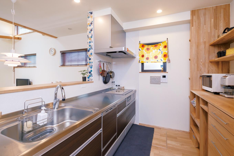 Casa(カーサ)【デザイン住宅、収納力、狭小住宅】壁の側面に貼ったタイルは 洗面台と同じものをチョイス。室内に入ると真っ先に目に入りゲストにも好評。背面の収納はオーダー家具と大工さんのコラボ
