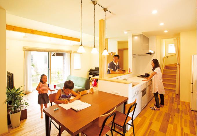 Casa(カーサ)【自然素材、狭小住宅、省エネ】キッチンをLDKの中心に置き、ぐるりと回遊できる動線が便利。自然素材の風合いも心地いい