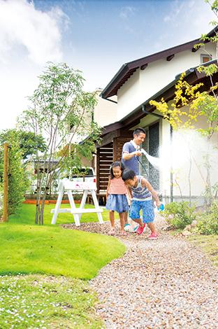 Casa(カーサ)【自然素材、狭小住宅、省エネ】家づくりと一緒に庭もデザイン。南側の境は生垣で涼しげに。子どもたちと庭で遊ぶ時間が多くなったという