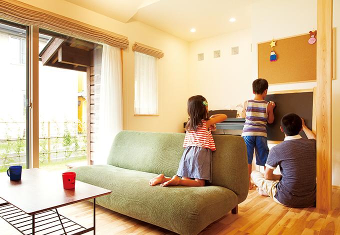 Casa(カーサ)【自然素材、狭小住宅、省エネ】インテリアボードは子どものお絵かきに