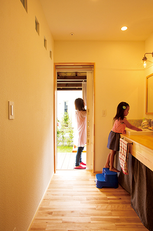 Casa(カーサ)【自然素材、狭小住宅、省エネ】洗面室から物干し場への楽々動線