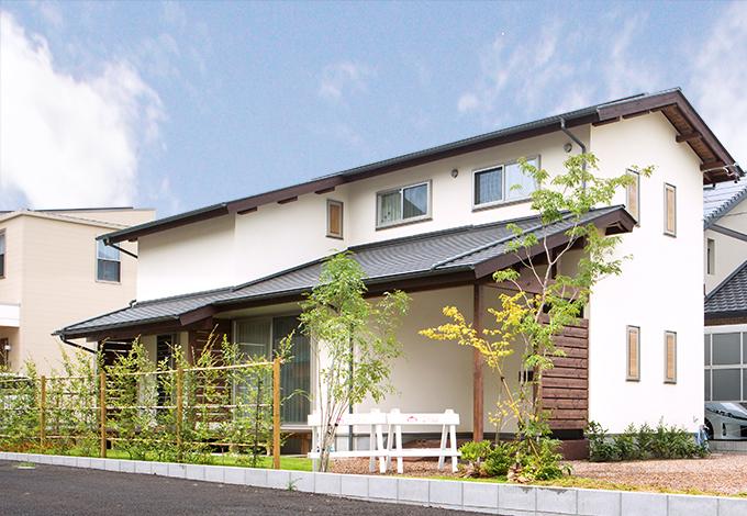 Casa(カーサ)【自然素材、狭小住宅、省エネ】勾配天井にするため屋根の形状にこだわった。 小窓が並んだシンプルな外観がおしゃれ