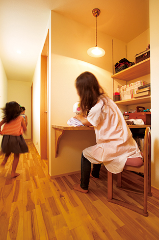 Casa(カーサ)【自然素材、狭小住宅、省エネ】2階ホールにつくられた奥さま専用のスペース。趣味のミシンで子どもたちのバッ グや収納棚に付けるカーテンを製作
