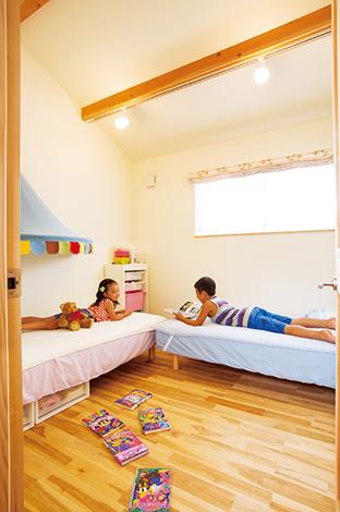 Casa(カーサ)【自然素材、狭小住宅、省エネ】仲良し兄妹は2 つの子ども部屋を共有。居心地のいい場所で楽しんでいる