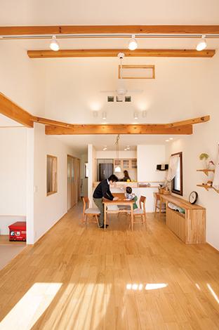 Casa(カーサ)【デザイン住宅、自然素材、省エネ】自然素材のもつぬくもり、リラックス感を存分に活かしたLD。床は落ち着いた色調のクリの無垢材を使用。リビングスペースは子どもが駆け回れるようオープンに