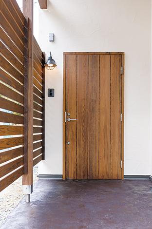 Casa(カーサ)【デザイン住宅、自然素材、省エネ】プライバシーを守りつつ、通風や採光が可能な木製格子を採用。寝室前のウッドデッキ、2階ベランダにも設置された。古材風の玄関ドアもおしゃれ