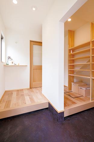 Casa(カーサ)【デザイン住宅、自然素材、省エネ】玄関ホールは仕切り壁を付けて家族用とゲスト用を分けた。 シューズクローゼットはあえてオープンにして扉を開けるひと手間をなくした