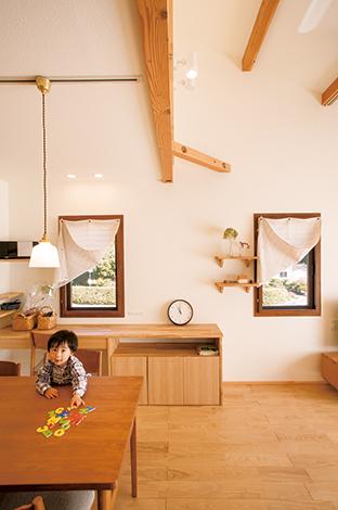 Casa(カーサ)【デザイン住宅、自然素材、省エネ】ご夫妻がどうしても取り入れたかった木窓。山の木々や茶畑がまるで絵画のように切り取られている