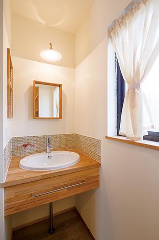 Casa(カーサ)【デザイン住宅、自然素材、省エネ】2階の洗面コーナーはこだわりのモザイクタイルがかわいい