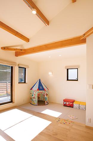 Casa(カーサ)【デザイン住宅、自然素材、省エネ】リビングに設けた畳コーナーは、現在子どものプ レイルームに。昼寝や取り込んだ洗濯物を畳むのに便利。和風の吊り押入れも絵本やおもちゃ入れに活躍している