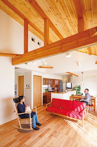 Casa(カーサ)【デザイン住宅、自然素材、省エネ】手前リビングを勾配天井として大空間を演出。天井付近に見える小窓は屋根裏部屋の明かり取りと空気の循環機能を兼ねる
