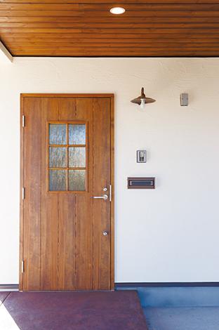 Casa(カーサ)【デザイン住宅、自然素材、省エネ】ビルトインガレージから眺める玄関は、素朴な空気を漂わせている