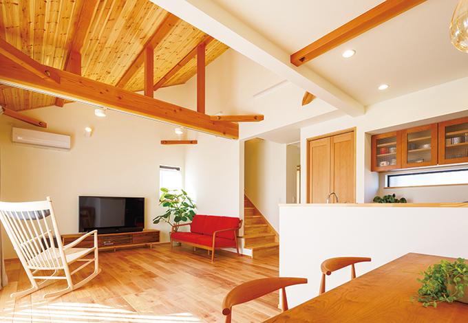 Casa(カーサ)【デザイン住宅、自然素材、省エネ】リビング中央を横断する梁の存在が安心感を もたらす。白い塗り壁と木のコントラストも鮮やか