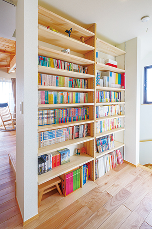Casa(カーサ)【デザイン住宅、自然素材、省エネ】2階廊下に設置された書棚は天井まで届き、本好きのご夫妻の書籍もゆったり収納