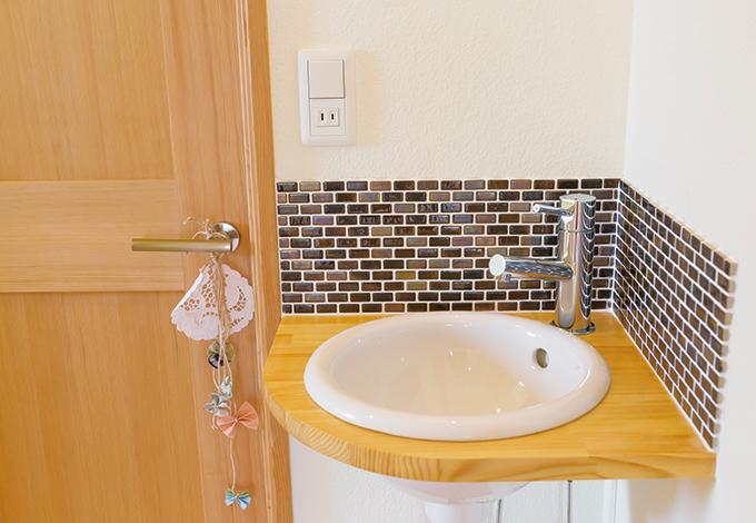 Casa(カーサ)【デザイン住宅、自然素材、省エネ】コーナーを上手く利用してコンパクトで可愛らしい手洗いを配置