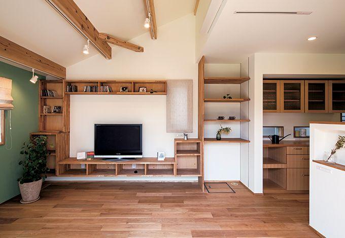 Casa(カーサ)【収納力、趣味、自然素材】室内の壁に使う自然塗料は、『カーサ』オリジナルの柔らかな白。「どうしても壁の一部に色を塗りたかった」Mさん夫妻が、悩み抜いて選んだグリーンがリビングに映える。テレビ周りのオーダー収納は、床のオーク材と色2 を揃えるべく、タモ材をオイル塗装した