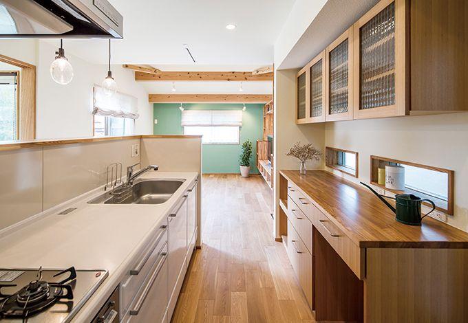 Casa(カーサ)【収納力、趣味、自然素材】レコードラックで手元を隠したキッチンの内側はホウロウ仕上げ。マグネットを貼れるのが便利