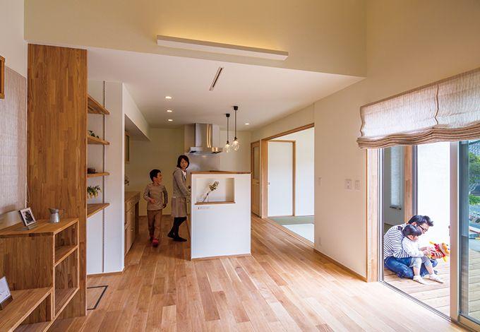 Casa(カーサ)【収納力、趣味、自然素材】窓を開け放てば、LDKと和室、ウッドデッキが一つに。自然光がたっぷり注がれ、心地良い風が通り抜ける