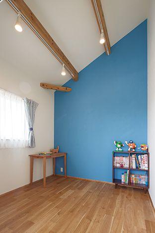 Casa(カーサ)【収納力、趣味、自然素材】2階の子ども室の壁は、長男の部屋をブルー、長女の部屋をピンクに。無垢13 材とのバランスも良い