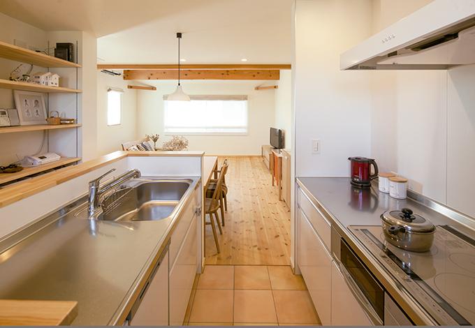 Casa(カーサ)【デザイン住宅、収納力、自然素材】リビングダイニングと適度な連続性を持たせた2列式キッチン