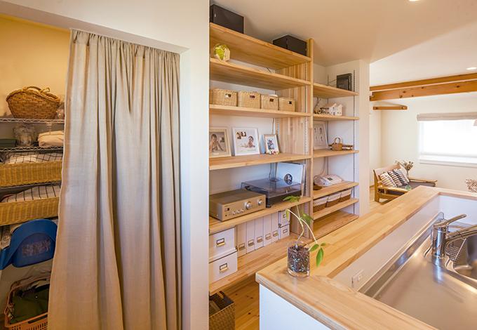 Casa(カーサ)【デザイン住宅、収納力、自然素材】可動式の棚は見せる収納に、隠したいものは大容量のパントリーに