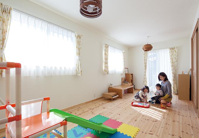 Casa(カーサ)【デザイン住宅、収納力、自然素材】南東に位置する主寝室は現在キッズルームに