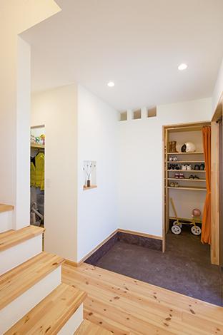 Casa(カーサ)【デザイン住宅、収納力、自然素材】玄関ホールから見た土間収納とウォークインクローゼットはムダのない作り