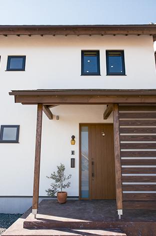 Casa(カーサ)【デザイン住宅、収納力、自然素材】2階の窓はサッシを外壁より奥まらせる「インセットモール」を採用。壁面に陰影が生まれおしゃれ感を演出