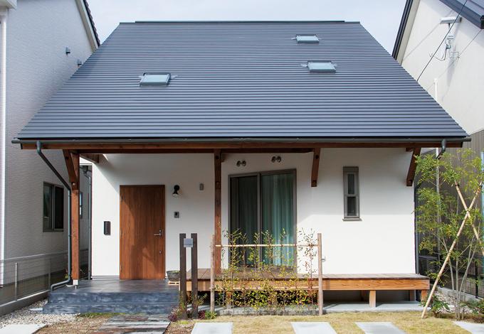 Casa(カーサ)【子育て、自然素材、省エネ】大屋根+ウッドデッキの木の家はまるで絵本から飛び出したよう