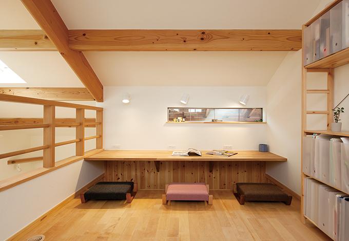 Casa(カーサ)【子育て、自然素材、省エネ】お父さんと子ども2人が並んで勉強できるカウンター。照明もコンセントも3つずつ設置