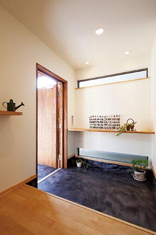 Casa(カーサ)【子育て、自然素材、省エネ】マーブル模様の玄関土間は汚れが目立たず落ち着いた雰囲気