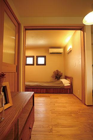 Casa(カーサ)【二世帯住宅、自然素材、間取り】マンション暮らしが長かった義母に、新居でも同じように居心地よく暮らしてもらうため、使い勝手のいい間取りを重視。2階のリビングへいつでも気兼ねなく行き来できるよう専用の階段を設けた。一人でのんびりしたい時はこちらで