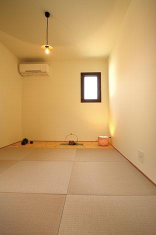 Casa(カーサ)【二世帯住宅、自然素材、間取り】2 階に設けた和室。洋の雰囲気に合うようフチなし畳を採用