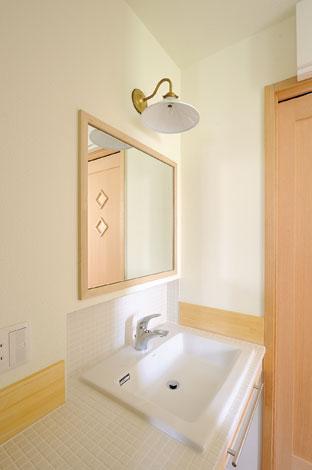 Casa(カーサ)【子育て、自然素材、間取り】清潔感溢れる洗面スペースは白いタイルや鏡、ファブリックなどすべて奥さまのお見立てによるもの