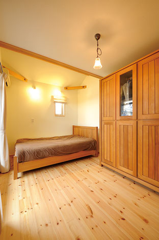 Casa(カーサ)【子育て、自然素材、間取り】これまで使っていたベッドやタンスとも雰囲気ぴったりの寝室