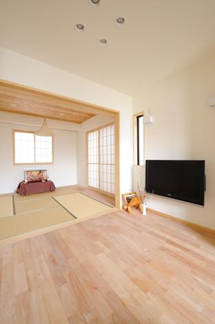 Casa(カーサ)【収納力、自然素材、間取り】無垢のサクラ材を使ったリビングはゲストをおもてなしするパブリックスペース。畳コーナーは両親のお泊まり、赤ちゃんのお昼寝に便利