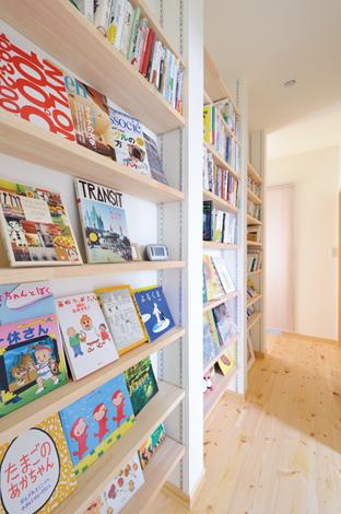Casa(カーサ)【収納力、自然素材、間取り】壁面をみごとに活かした大容量の本棚。絵本の表紙を見せて楽しく収納