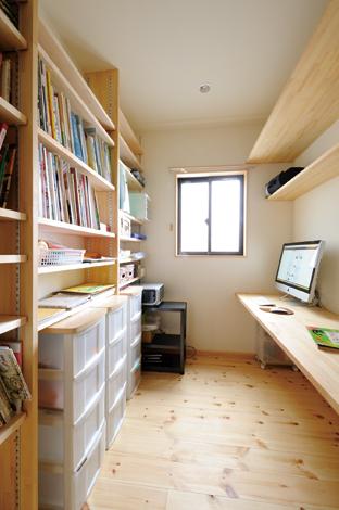 Casa(カーサ)【収納力、自然素材、間取り】コンパクトな書斎はファミリースペースとしても活躍しそう