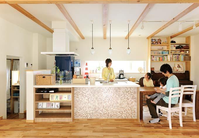 Casa(カーサ)【デザイン住宅、自然素材、間取り】アンティークな雰囲気に仕上げられている玄関。家族用とお客様用の空間を壁で隔て、プライバシーにも配慮している。また、玄関ニッチを可愛らしく演出することで柔らかい空間を創っている