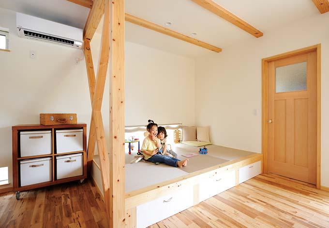 Casa(カーサ)【デザイン住宅、自然素材、間取り】子どもたちにとって今一 番のお気に入りが、この 畳コーナー。遊んでいた かと思うといつの間にか お昼寝、ということも