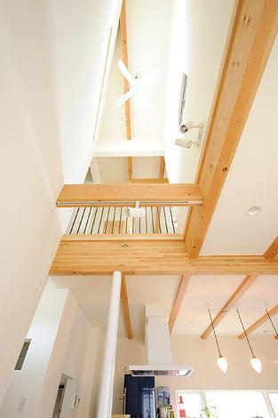 Casa(カーサ)【デザイン住宅、自然素材、間取り】リビングからの吹き抜け。 この空間があることで2 階の様子もよくわかる。 家族がどこにいても、その 息づかいを感じることがで きて安心