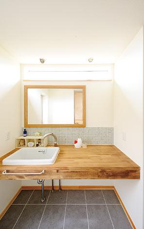 Casa(カーサ)【デザイン住宅、自然素材、間取り】木の風合いが心地いい、中2階の洗面