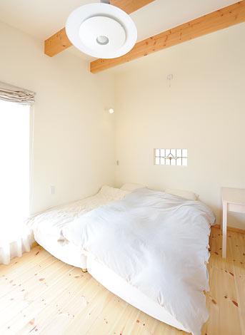 Casa(カーサ)【デザイン住宅、自然素材、間取り】ステンドグラスが優しい シンプルなベッドルーム