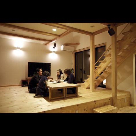Casa(カーサ)【趣味、自然素材、省エネ】ムクの木と自然素材に包まれたシンプル&ナチュラルなリビング。キッチンに立つ奥様と目線が合うのも特徴