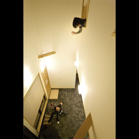 Casa(カーサ)【趣味、自然素材、省エネ】1階は坪庭で、2階は吹き抜けで空間につながりをもたせている