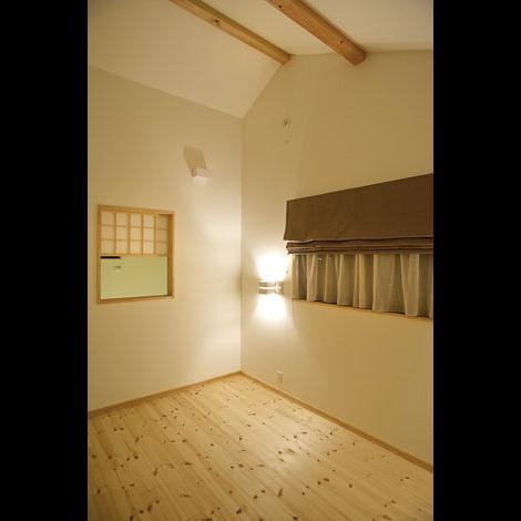 Casa(カーサ)【趣味、自然素材、省エネ】天井を高くとった主寝室は6畳とは思えない広さ